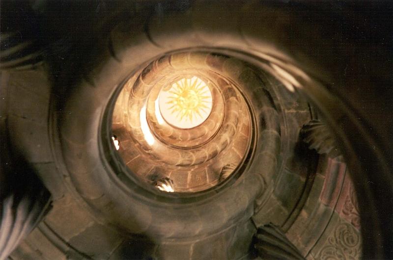 Blick von unten auf die Berwarttreppe im Deutschordensschloss in Bad Mergentehim